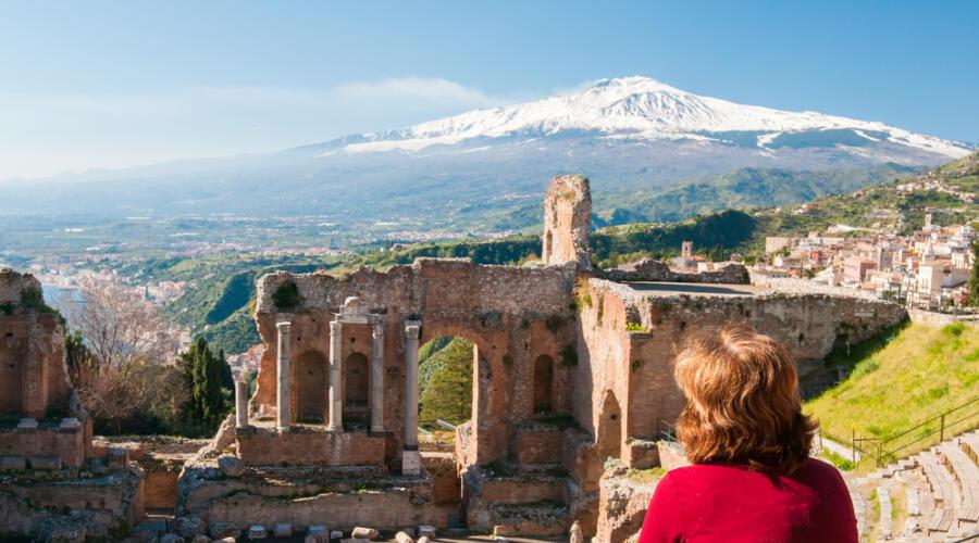 Вид на вулкан Этна из античного театра в современной Таормине. Сицилия
