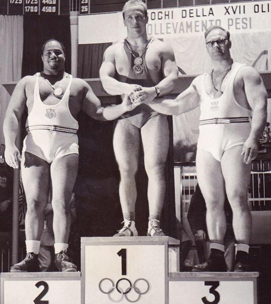 Власов (в центре) на пьедестале на Олимпийских играх 1960 года в Риме