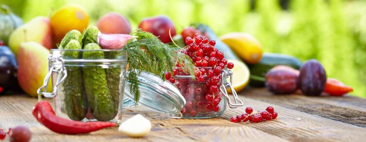 Если замариновать огурцы в смородиновом соке, они получатся красного цвета