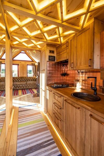 Кухня в крошечном доме компании NATURI
