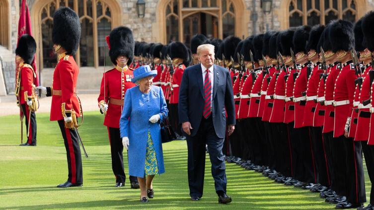 Елизавета II и президент США Дональд Трамп на территории Виндзорского замка, 13 июля 2018 г.
