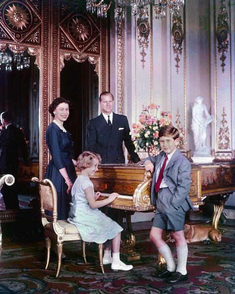 Королева Елизавета II, принц-консорт Филипп, принц Чарльз и принцесса Анна в октябре 1957 г.