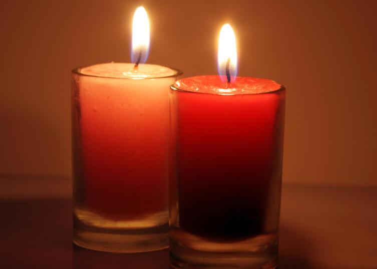 Две одинаковые красные свечи «активизируют» юго-западный сектор дома