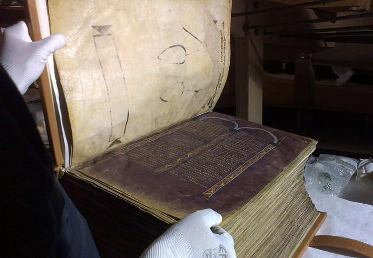 Раскрытый Амиатинский кодекс (начало VIII века). Страница канонов целиком окрашена пурпуром. Книжный блок включает 1029 пергаментных листов, имеет толщину более 20 см и весит около 30 кг