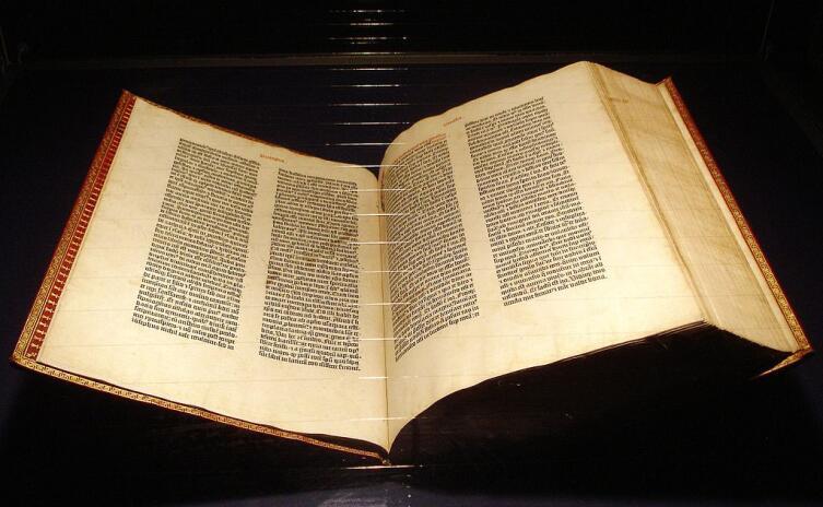 Библия Гутенберга. Экземпляр из музея в Майнце. Считается первой печатной книгой