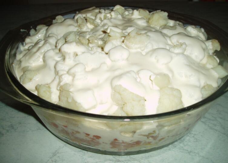 Взбитой смесью заливаем слои из цветной капусты, фарша и овощей