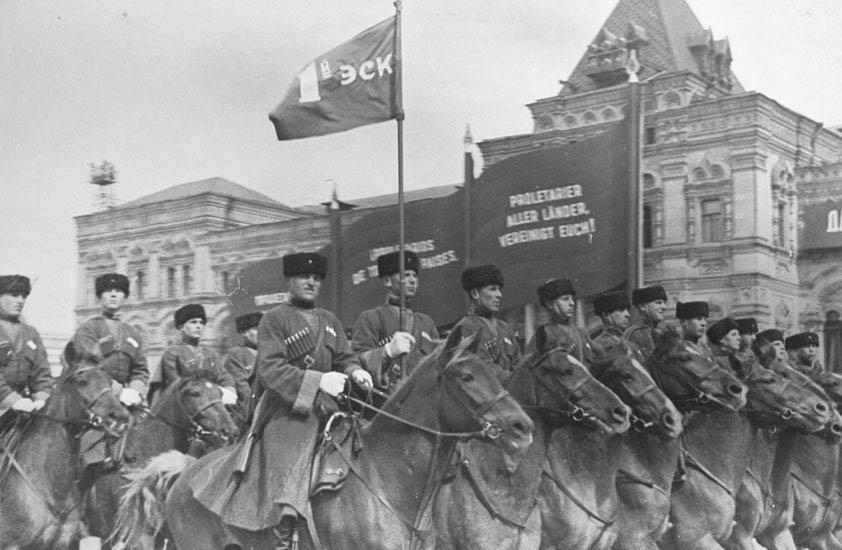 Кубанские казаки на первомайском параде в 1937 г.
