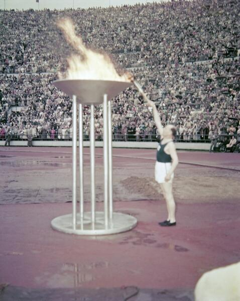 Пааво Нурми зажигает олимпийский огонь на стадионе