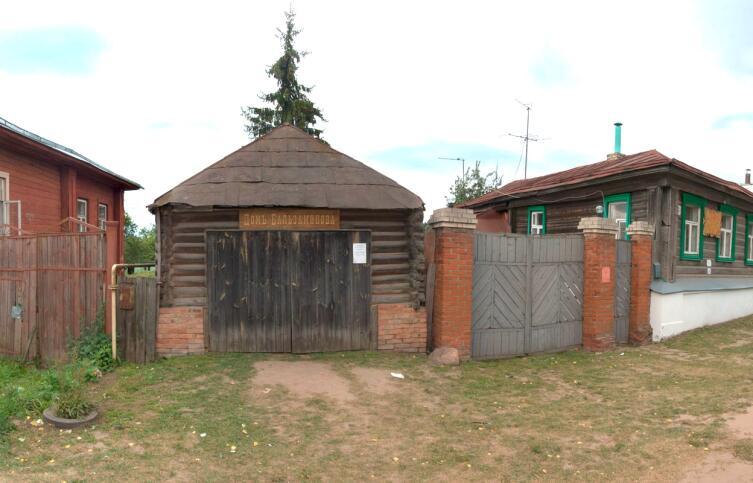 «Домъ Бальзаминова» (б.сарай) и дом Федора Фирсова (справа)