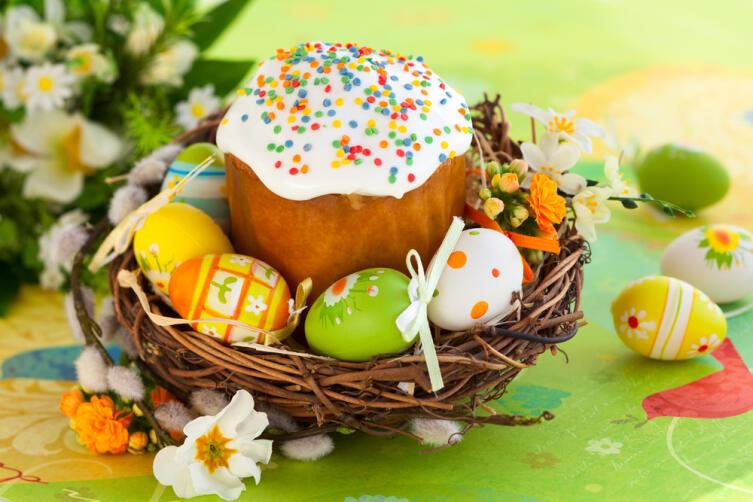 В четверг пекут куличи и красят яйца