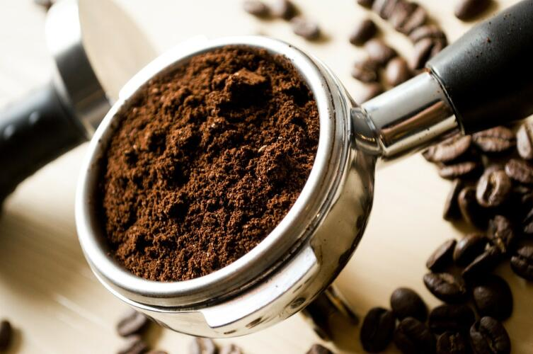Кофе дает коричневый цвет