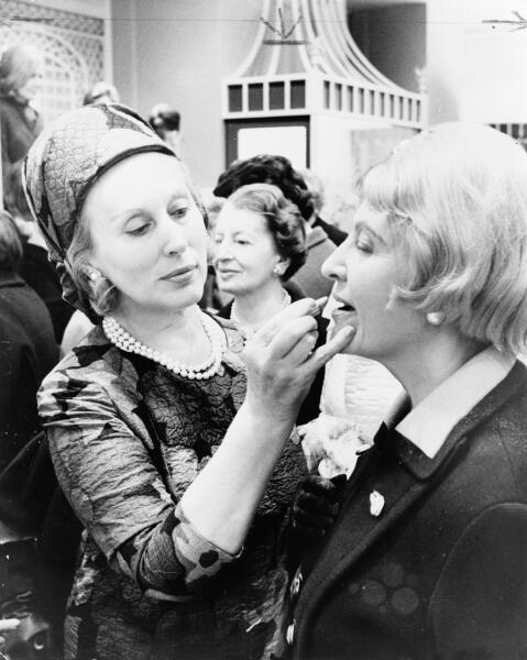 Эсте Лаудер (слева) наносит макияж модели