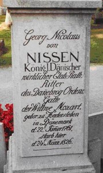Могила фон Ниссена (первого биографа). Видна надпись: датский дипломат, супруг вдовы Моцарта (Gatte der Wittwe Mozart)