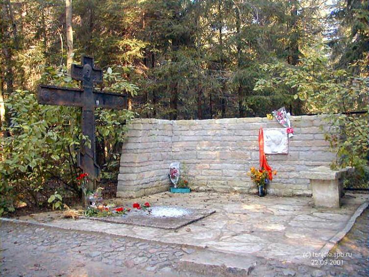 Могила А. Ахматовой в Комарово. Хорошо виден кованый крест, установленный Л. Гумилёвым