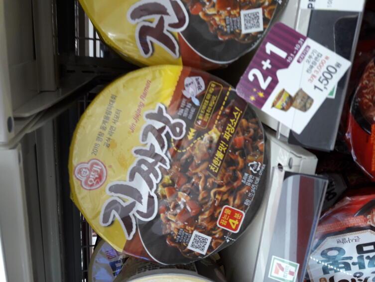 Чачжанмён на прилавке в корейском магазине