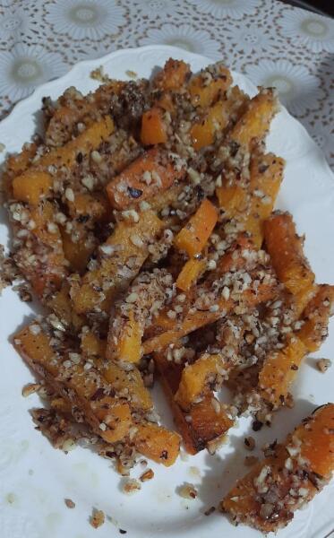 Это десерт из запеченного брусочками батата в меду, посыпанного орешками