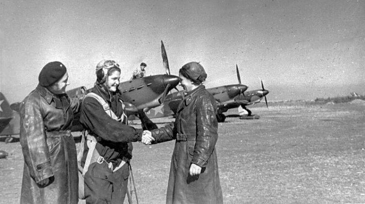 В.Д. Хомякова, командир 586 ИАП ПВО ТС Т.А. Казаринова и комиссар полка О.П. Куликова, 25 сентября 1942 г. на аэродроме Анисовка, Саратовская область