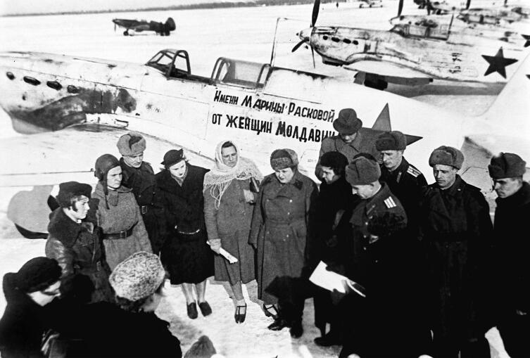 Передача лётчице Демченко А.Н. самолёта Як-7Б, построенного на средства тружениц Молдавской ССР. Март 1943 г.