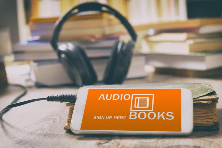 С листа информация запоминается лучше, да и читают люди обычно быстрее, чем слушают