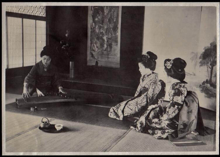 Майко 1910-х гг. учатся игре на кото