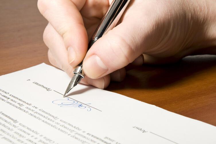 Подпись в договоре поручительства означает, что человек, фактически, по обязательствам, является созаемщиком