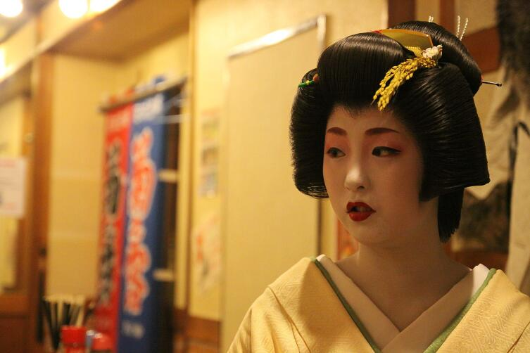 Гейша из Миягава-тё Миэхина с январским колоском риса в причёске