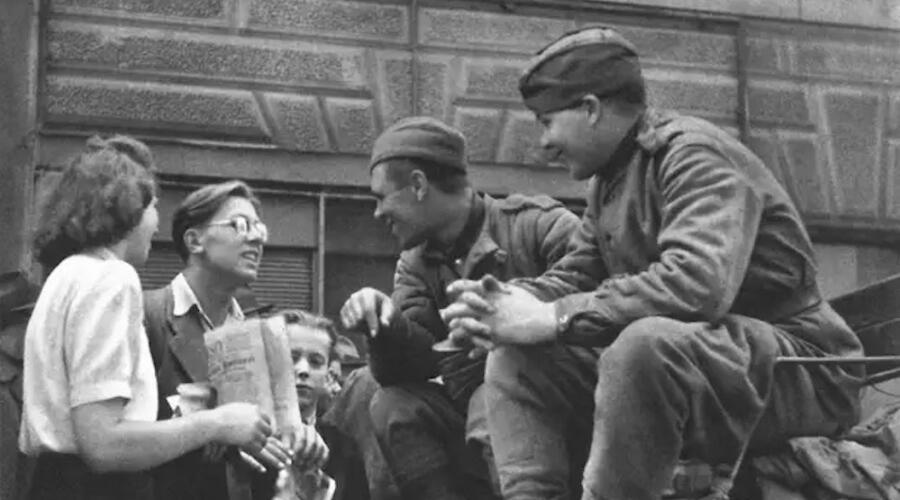 Советские солдаты разговаривают с жителями Праги, май, 1945 г.