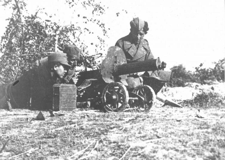 Бойцы 4-го батальона 17-й мусульманской бригады Народно-Освободительной Армии Югославии (НОАЮ) за 7,62-мм станковым пулеметом «Максим» советского производства в югославском городке Оджак