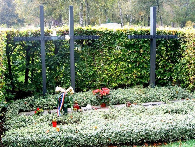 Могила Ганса и Софи Шолль и Кристофа Пробста на кладбище Перлахер Форст в Мюнхене рядом с тюрьмой Штадельхайм