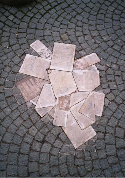 Мемориал Гансу и Софи Шолль и «Белой розе» перед Мюнхенским университетом с листовками группы