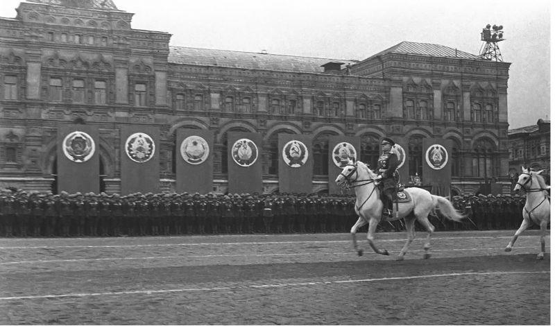 Маршал Жуков перед войсками на Параде Победы, 24.06.1945 г.