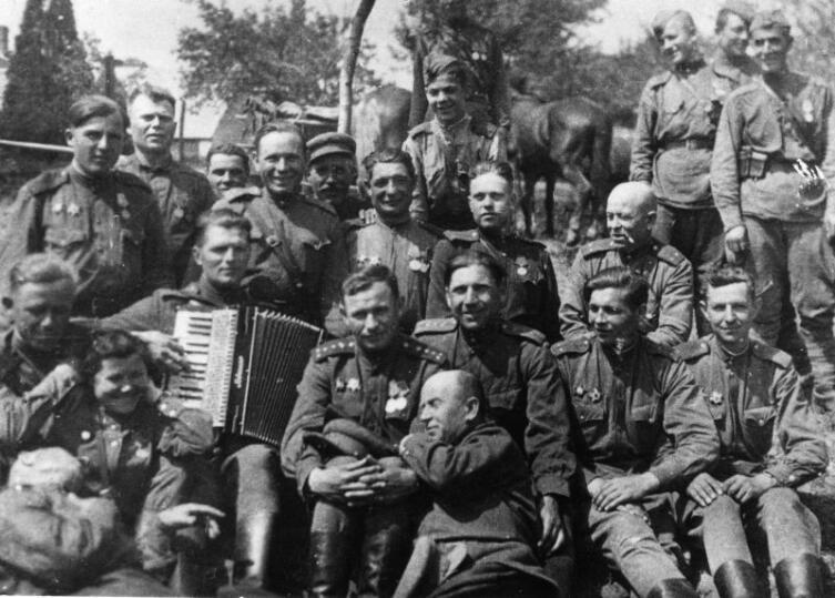 Офицеры 604-го батальона связи 227-й стрелковой дивизии в Брно в День Победы