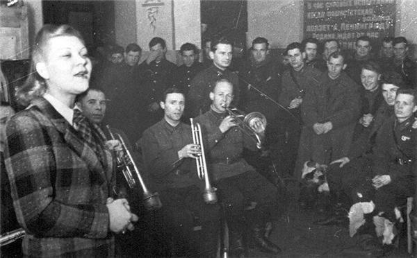 Выступление Клавдии Шульженко перед бойцами. Ленинградский фронт, 1941 г.