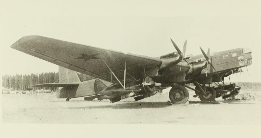 ТБ-3 «Звено-СПБ» с моторами АМ-34ФРН, под крылом подвешены И-16 тип. 24, c бомбами ФАБ-250