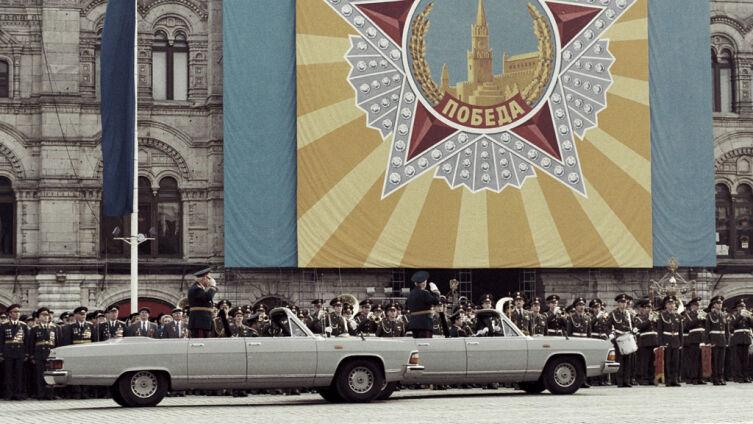 Генерал армии Владимир Говоров и маршал Советского Союза Виктор Куликов (в автомобилях ГАЗ-14-05) на параде ветеранов Великой Отечественной войны в день 50-летия Победы