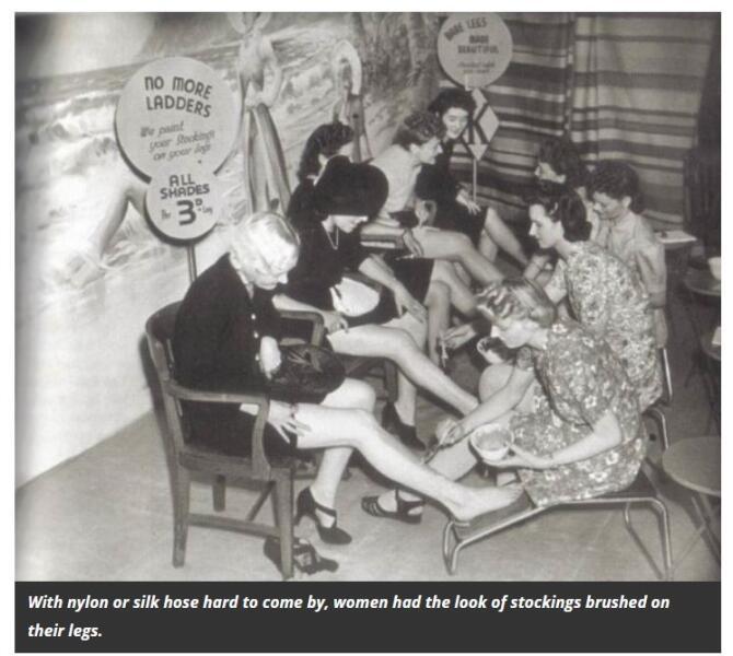 Из-за нехватки нейлона и шелка британские женщины вместо чулок имитируют их наличие бритых на ногах специальной краской