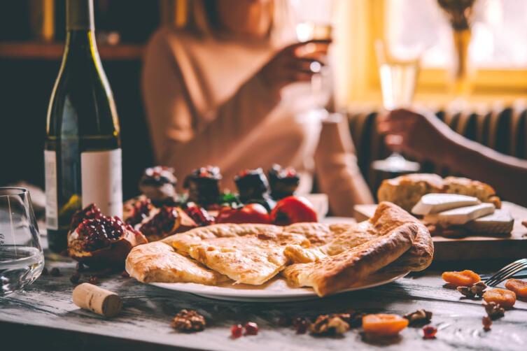 В Грузии нужно помнить, что гостю всегда дольют бокал с вином - он не должен быть пустым