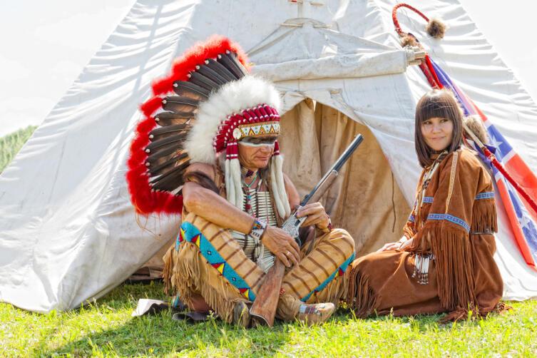 Индейцы передают трубку мира из рук в руки