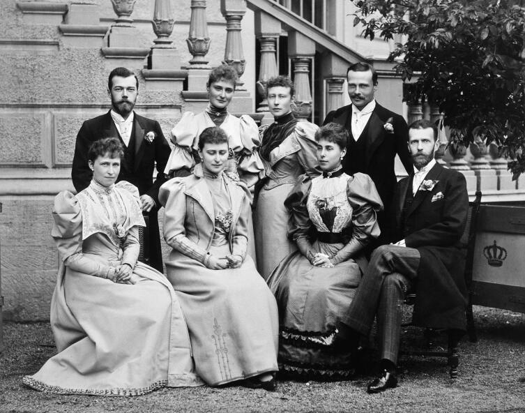 Слева направо стоят: цесаревич Николай, Алиса, Виктория, Эрнст Людвиг; сидят: Ирена, Елизавета, Виктория Мелита (жена Эрнста Людвига) и великий князь Сергей. Фотография апреля 1894 г.