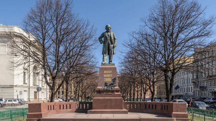 Монумент Глинке на Театральной пл. рядом с Мариинским театром и консерваторией в Петербурге