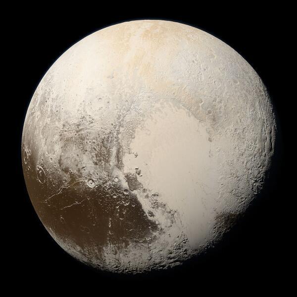 Плутон. Снимок планеты в естественных цветах, сделанный автоматической межпланетной станцией (АМС) «Новые горизонты» 14 июля 2015 г. с расстояния 35 445 км