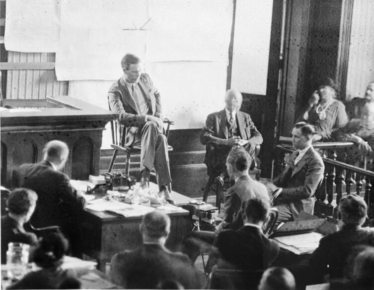 Линдберг дает показания на суде над Гауптманом в 1935 г. Гауптман снят в полупрофиль справа