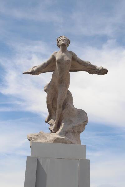 Памятник в Ле Бурже посвящен попыткам и первому удачному трансатлантическому перелету. Надпись на памятнике: «Тем, кто решился и кто победил»