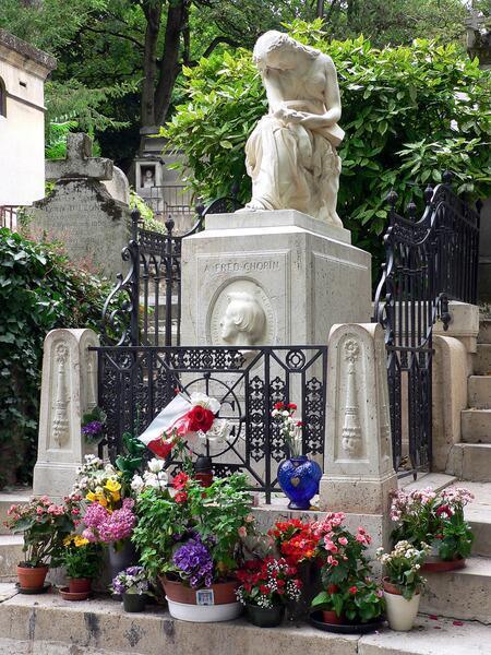 Могила Шопена в Париже даже зимой вся в цветах