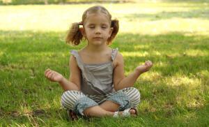Бейби-гимнастика должна выполняться в дополнение к детскому массажу, причем заниматься с ребенком должен исключительно профессионал.