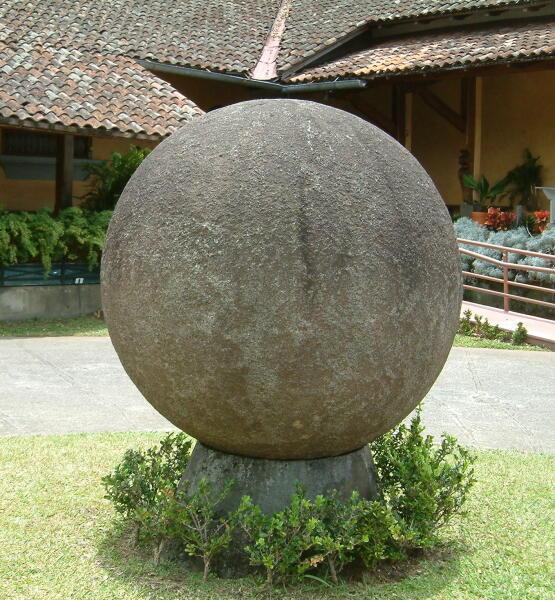 Каменная сфера во дворике Национального музея Коста-Рики.