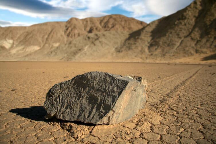 Движущиеся камни на Рейстрек-Плайя