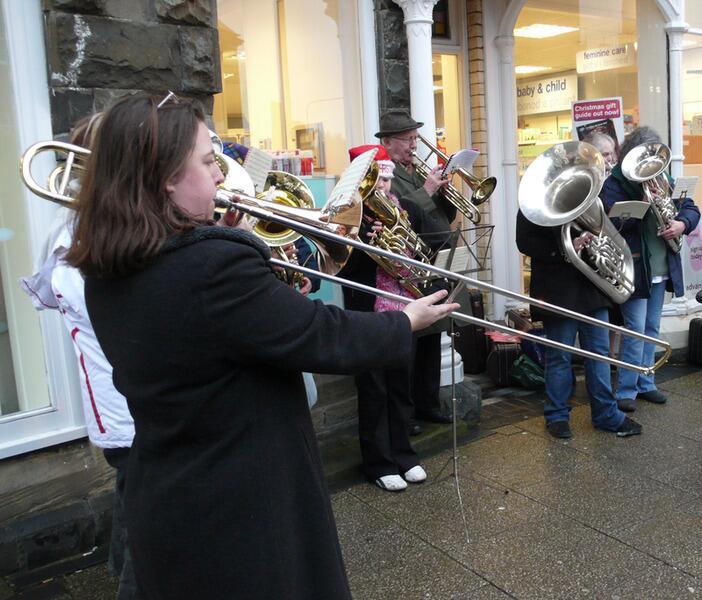 Уличный духовой оркестр играет рождественские гимны