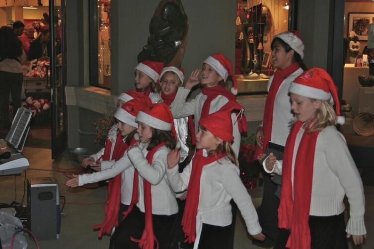 Дети, поющие рождественские гимны