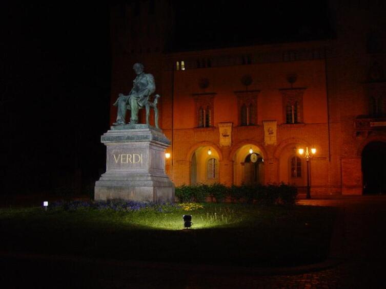Статуя Джузеппе Верди на родине в Бузетто